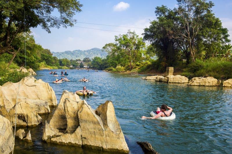 Turyści Ruruje W dół Pieśniową rzekę przy Vang Vieng, Laos obraz stock