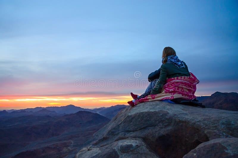 Turyści są greeted wschodem słońca na górze Mojżesz, Egipt obrazy royalty free