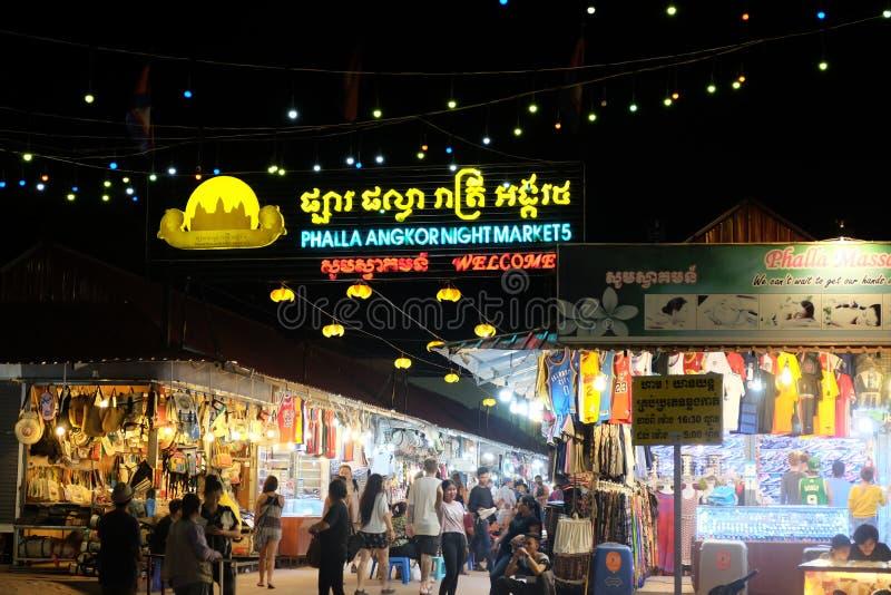 Turyści spacerują przez noc rynku, uliczny handel fotografia royalty free