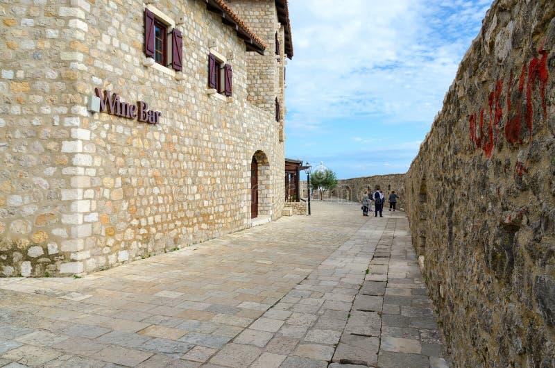 Turyści spacerują przez Starego miasteczka, Ulcinj, Montenegro zdjęcia stock