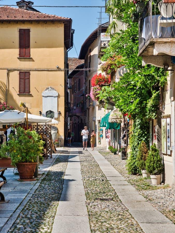 Turyści spacerują ulicy wioska Orta San Giulio na Jeziornym Orta Italya podczas lata popołudnia obraz stock