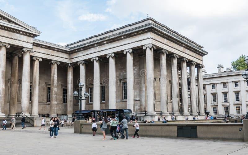 Turyści spacerują w podwórzu British Museum, Londyn zdjęcie royalty free