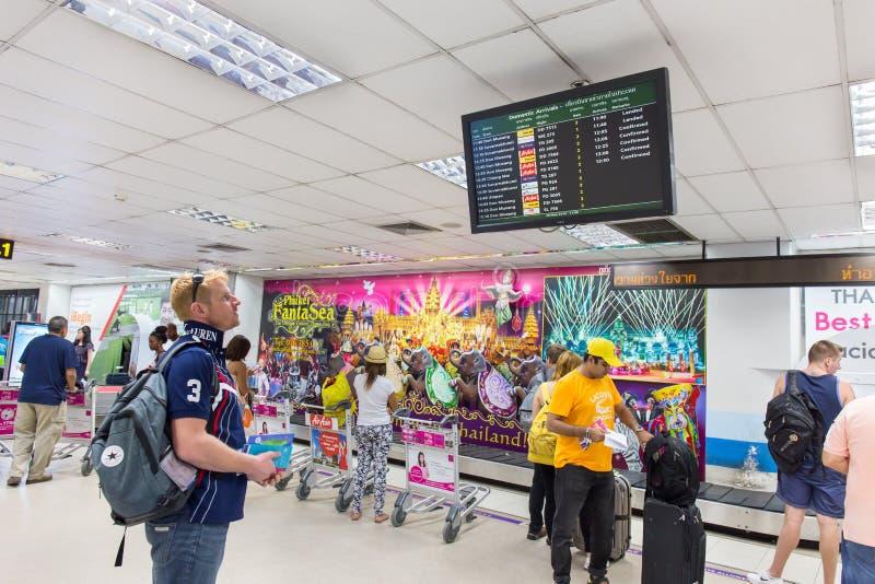 Turyści sprawdzają lotniczego lot formy pokazu przy Phuket lotniskiem międzynarodowym obrazy stock