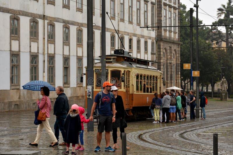"""turyści w centrum miasta i sławnym tramwajowym trasy â """"– 1 obrazy royalty free"""