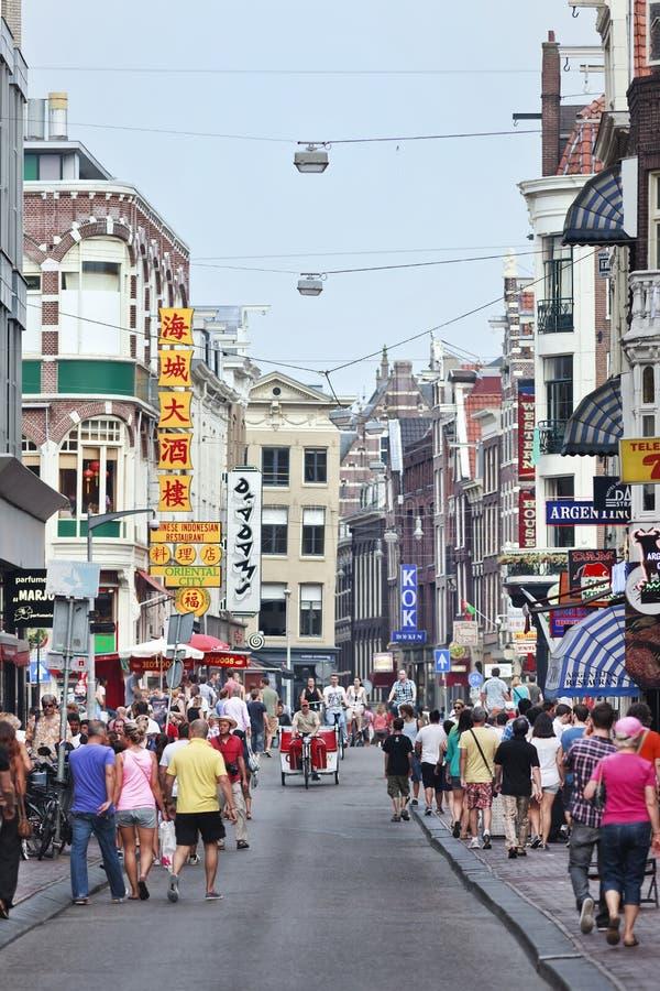 Turyści w Damstraat, Amsterdam, Holandia obrazy stock