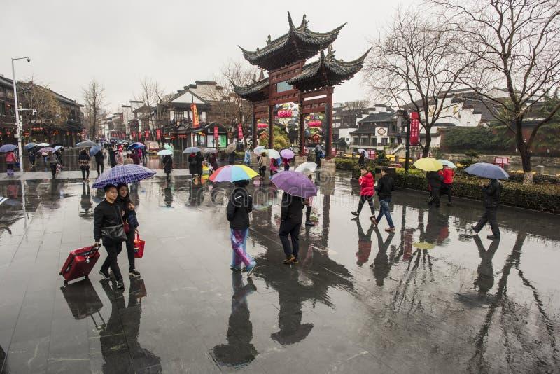 Turyści w deszczowych dniach Confucius Świątynny Sceniczny punkt fotografia stock