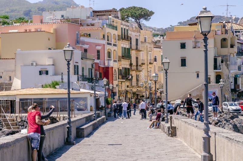 Turyści w Ischia w zatoce NApoli, Włochy obrazy royalty free