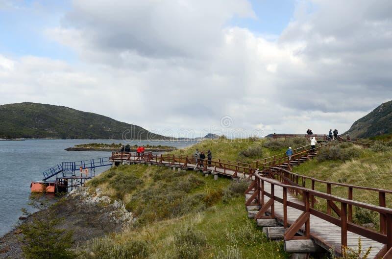 Turyści w Podpalanym Lapataia w parku narodowym Tierra Del Fuego zdjęcia royalty free