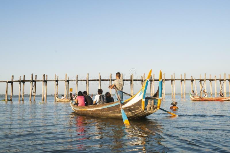 Turyści w tradycyjnej Birmańskiej łodzi. fotografia stock
