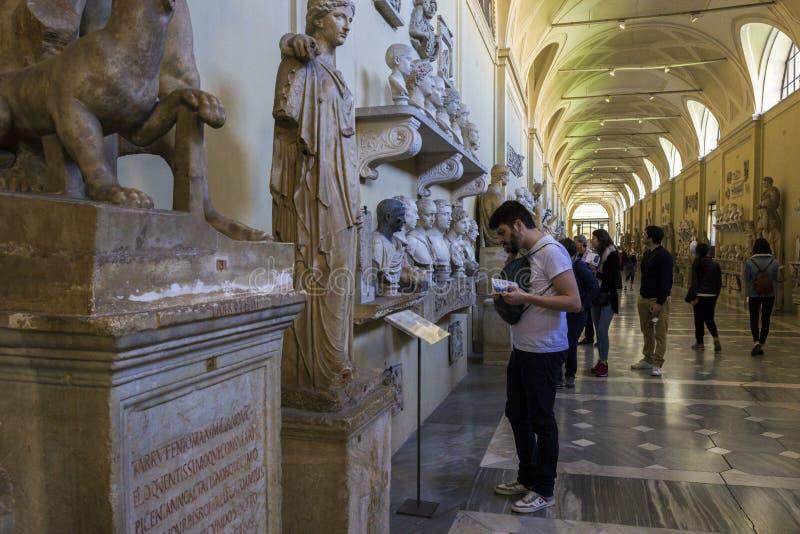Turyści w Watykańskim muzeum w Włochy zdjęcie royalty free