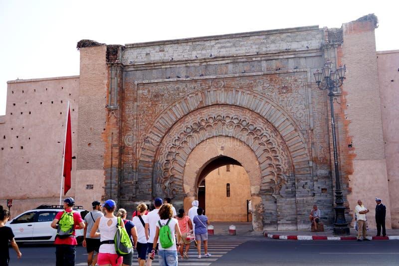 Turyści wchodzić do drzwi BÄ  b AgnÄ  ou w Marrakech obrazy royalty free