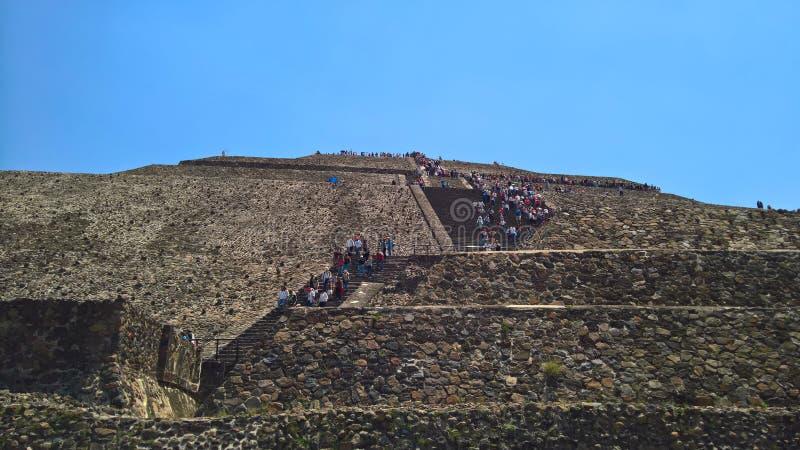 Turyści wspina się Teotihuacan ostrosłupy fotografia stock