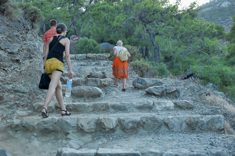 Turyści wspinają się kamiennych kroki rzeźbiących w skałę obraz royalty free