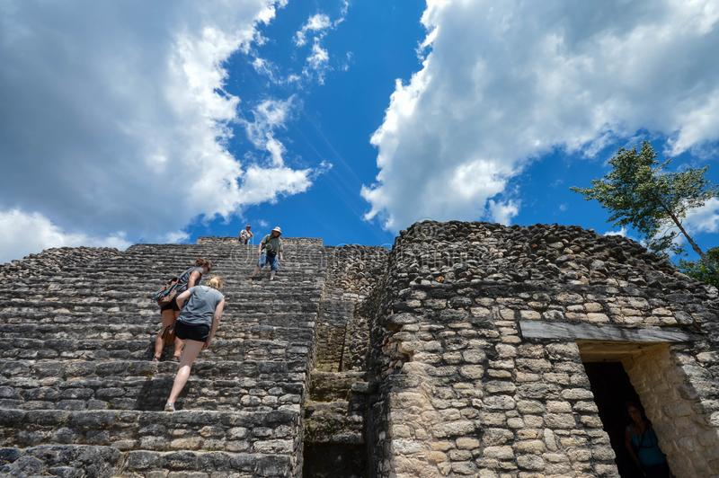Turyści wspinają się schodki Caana ostrosłup przy Caracol archeologicznym miejscem majowie cywilizacja, Zachodni Belize zdjęcia royalty free