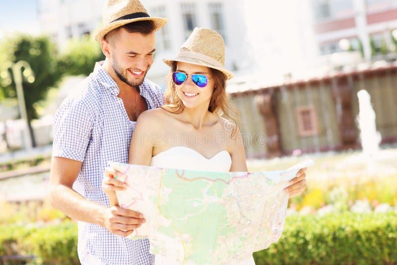 Turyści z mapą obrazy stock