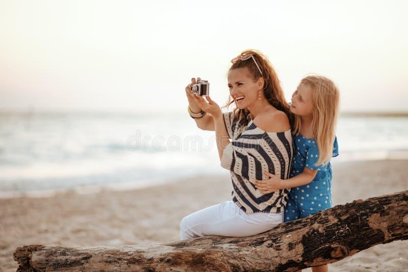 Turyści z matką i córką siedzący na drewnianym ślimaku zdjęcia stock