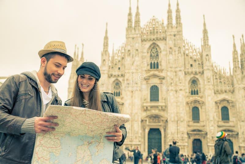 Turyści z miasto mapą obrazy royalty free