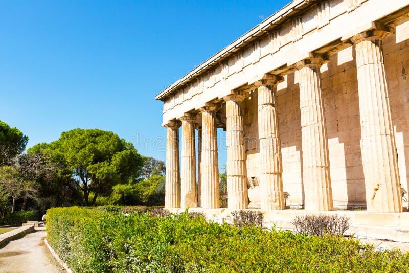 Turyści zbliżają świątynię Hephaestus, Ateny, Grecja obrazy stock