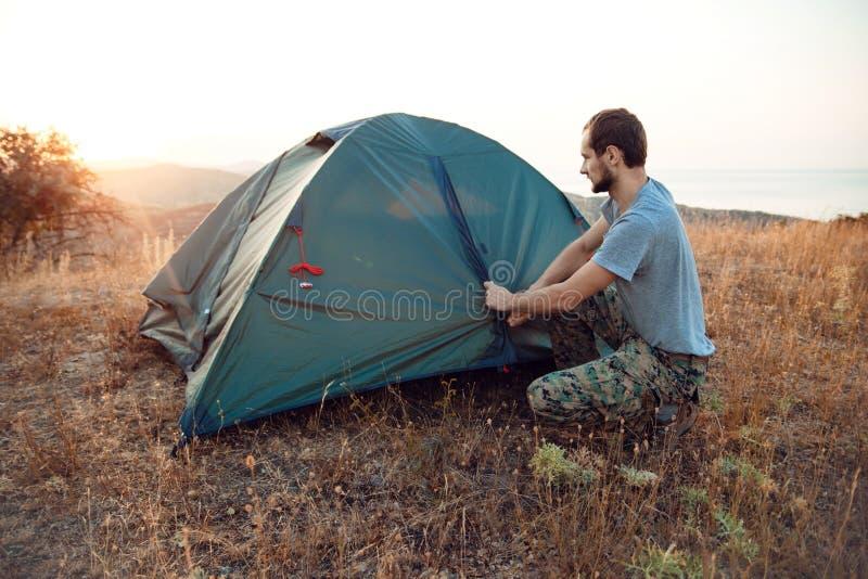 Turystów sety w górę namiotu - obrazy stock