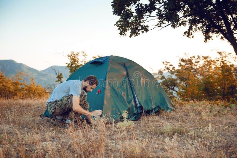 Turystów sety w górę namiotu - zdjęcie stock