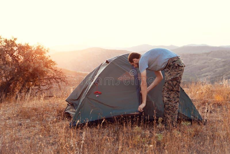 Turystów sety w górę namiotu - zdjęcia royalty free