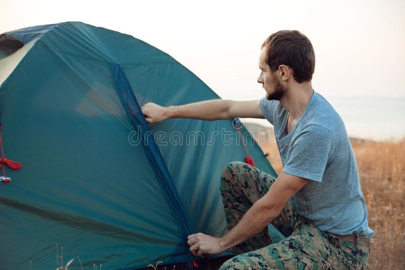 Turystów sety w górę namiotu - obraz royalty free