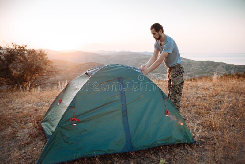 Turystów sety w górę namiotu - fotografia royalty free