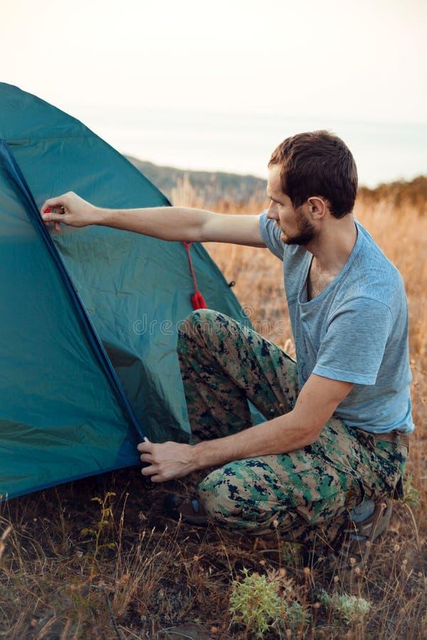 Turystów sety w górę namiotu - obraz stock