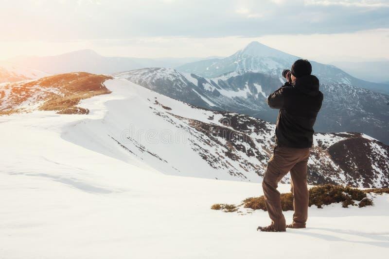 Turystów spojrzenia przy krajobrazem Fotograf na górze góry obraz stock