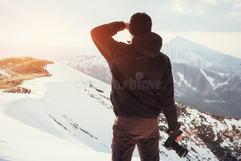 Turystów spojrzenia przy krajobrazem Fotograf na górze góry zdjęcia stock