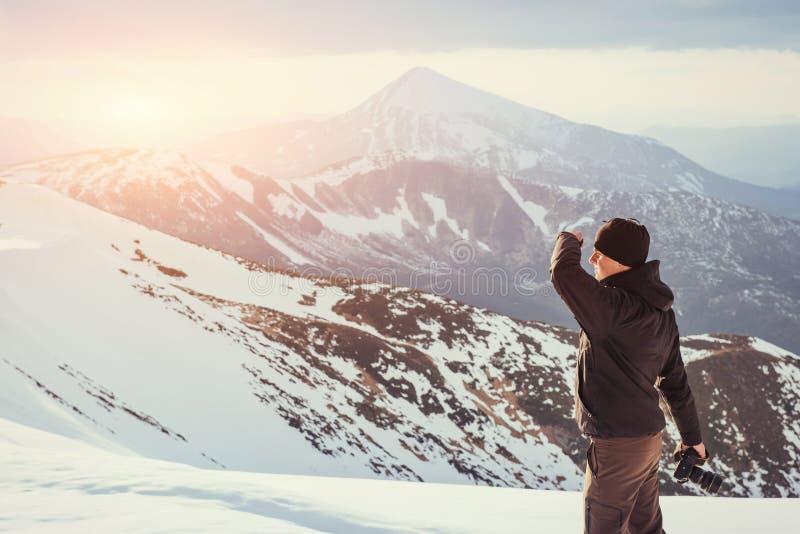 Turystów spojrzenia przy krajobrazem piękny zachód słońca zdjęcie royalty free
