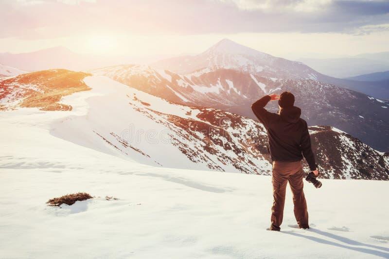 Turystów spojrzenia przy krajobrazem piękny zachód słońca zdjęcia stock