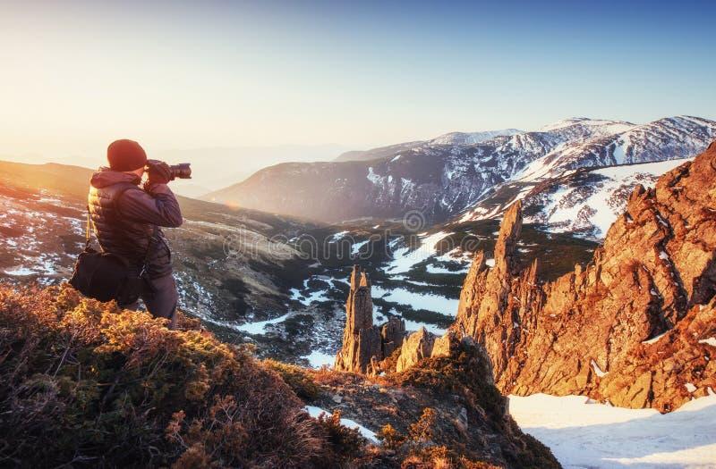 Turystów spojrzenia przy krajobrazem piękny zachód słońca zdjęcia royalty free