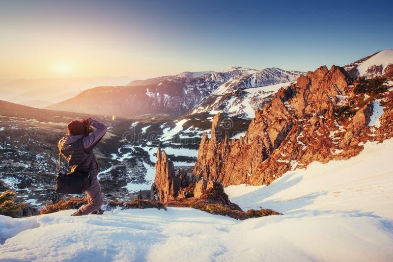 Turystów spojrzenia przy krajobrazem piękny zachód słońca obrazy stock