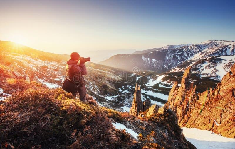 Turystów spojrzenia przy krajobrazem piękny zachód słońca obrazy royalty free