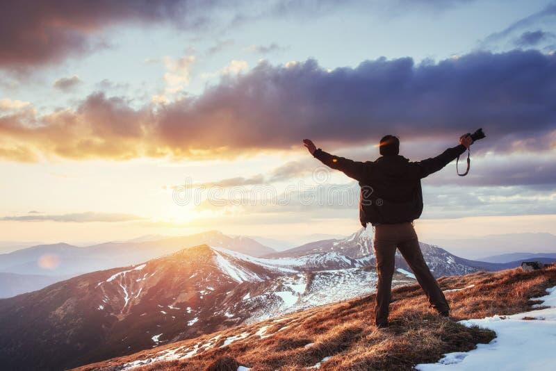 Turystów spojrzenia przy krajobrazem piękny zachód słońca zdjęcie stock