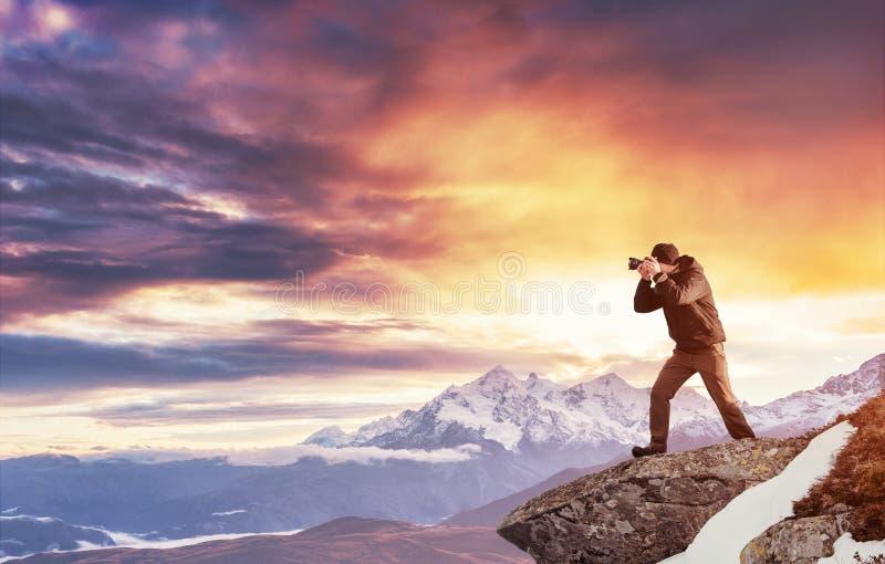 Turystów spojrzenia przy krajobrazem piękny zachód słońca Carpathians, obrazy stock