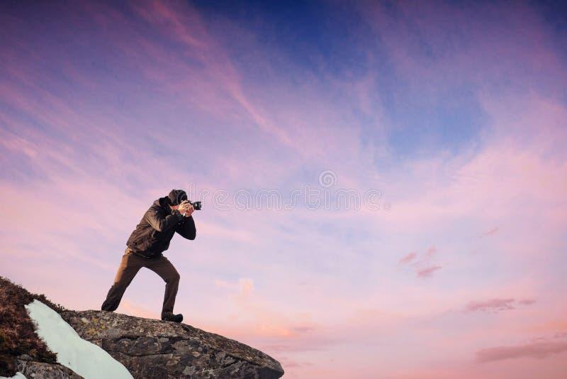 Turystów spojrzenia przy krajobrazem piękny zachód słońca carpathians zdjęcie royalty free