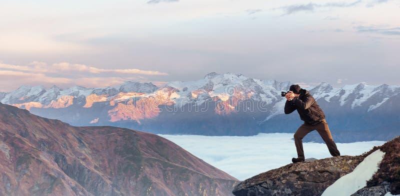 Turystów spojrzenia przy krajobrazem piękny zachód słońca carpathians zdjęcia stock
