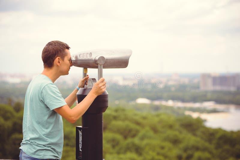 Turystów spojrzenia przy miastem przez lornetek obrazy stock