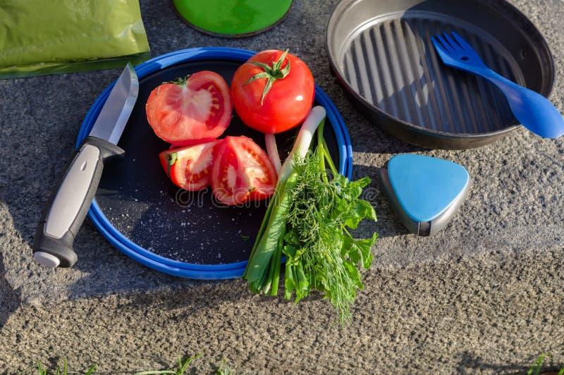 Turystów urządzenia i naczynia Tnąca sałata w naturze obraz stock