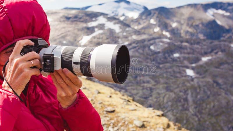 Turysta bierze fotografii ?ebra norwegu g?ry fotografia royalty free