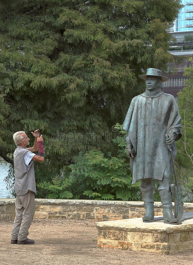 Turysta bierze obrazek Stevie Ray Vaughan statua, praca Ralph Helmick w Austin, Teksas obrazy royalty free