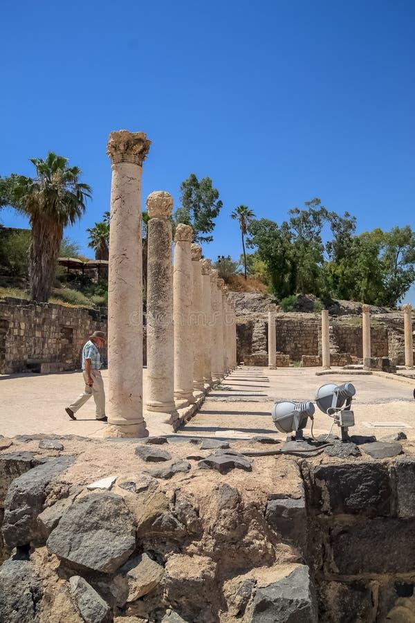 Turysta chodzi przez kolumn Beit Jej «archeologia park zdjęcie stock