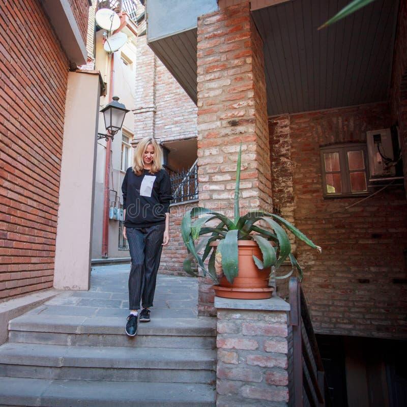 Turysta chodzi przez ulic Tbilisi obraz stock