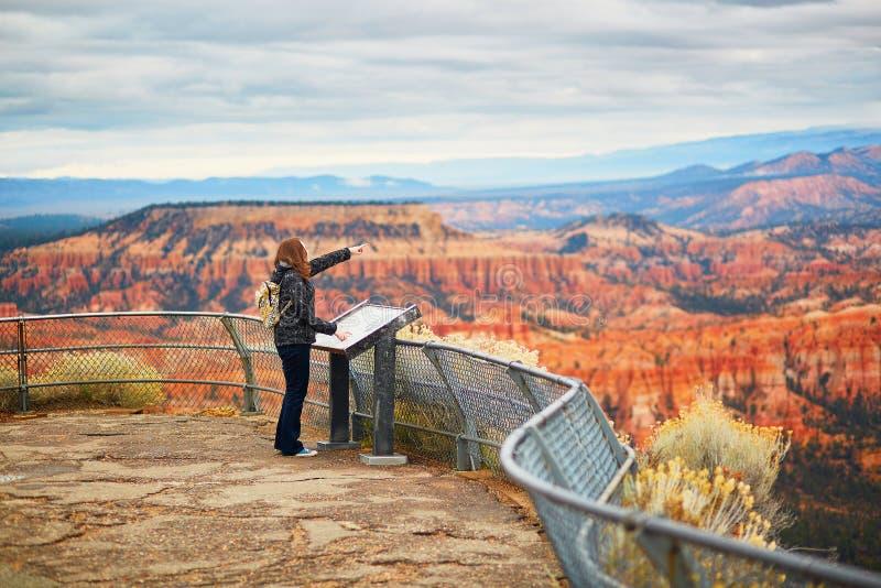 Turysta cieszy się scenicznego widok w Bryka jaru parku narodowym, Utah, usa obrazy stock