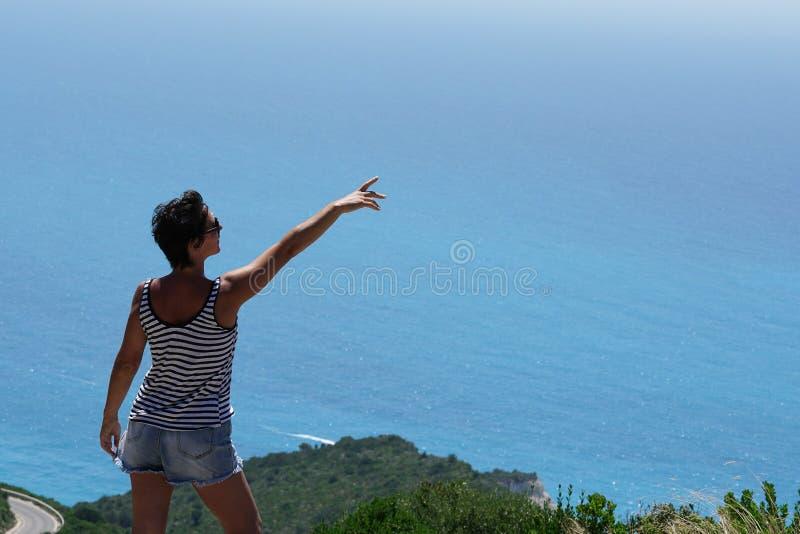 Turysta cieszy siÄ™ wspaniaÅ'ym widokiem panoramy Porto Katsiki w Lefkadzie zdjęcia stock