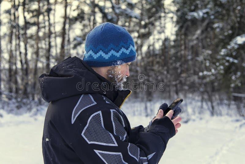 Turysta dostać przegranym i spojrzenie przy GPS nawigatorem zdjęcie royalty free