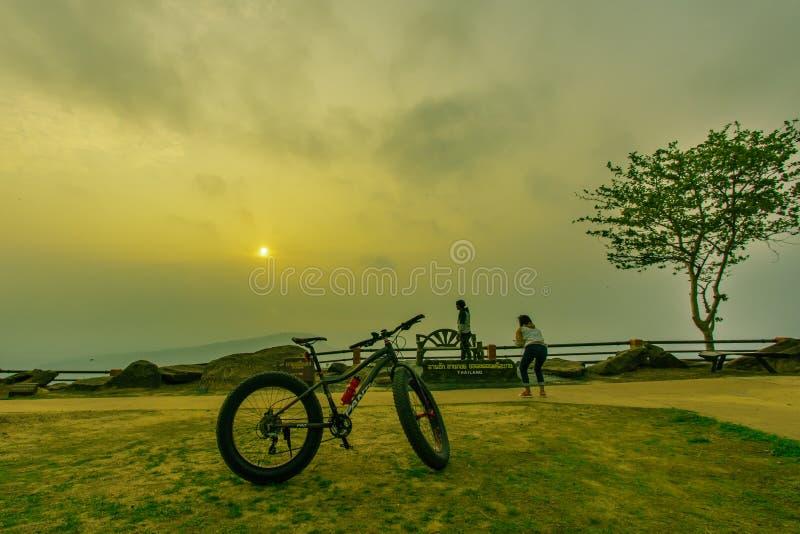 Turysta jest podróży pięknym górą przy PhaMorE-Dang, Sisaket, Tajlandia obraz stock