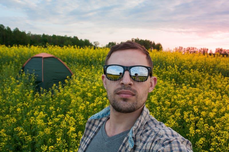 Turysta jest ubranym okulary przeciwsłonecznych robi selfie w campingu, obrazy stock